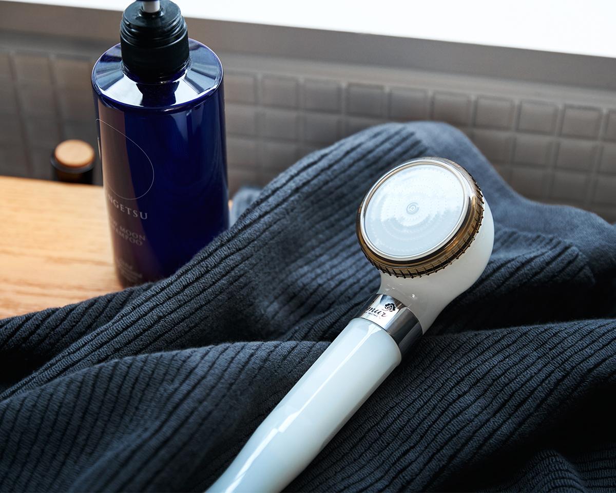 シャワーヘッドひとつで、シャンプーの泡立ちと泡切れがこんなに変わる。毛穴の汚れ・皮脂をスッキリかき出して、しっとりホカホカ気持ちいい「シャワーヘッド」|エミュール ファインバブルシャワー
