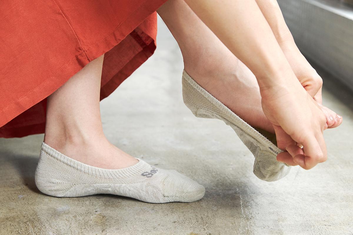 脱げやすさを軽減する3つの方法「フットカバーを、かかとから履く」|天然のエアコンと言われるメリノウールを使用。脱げにくく、ムレ知らずのフットカバー|Sockwell(ソックウェル)