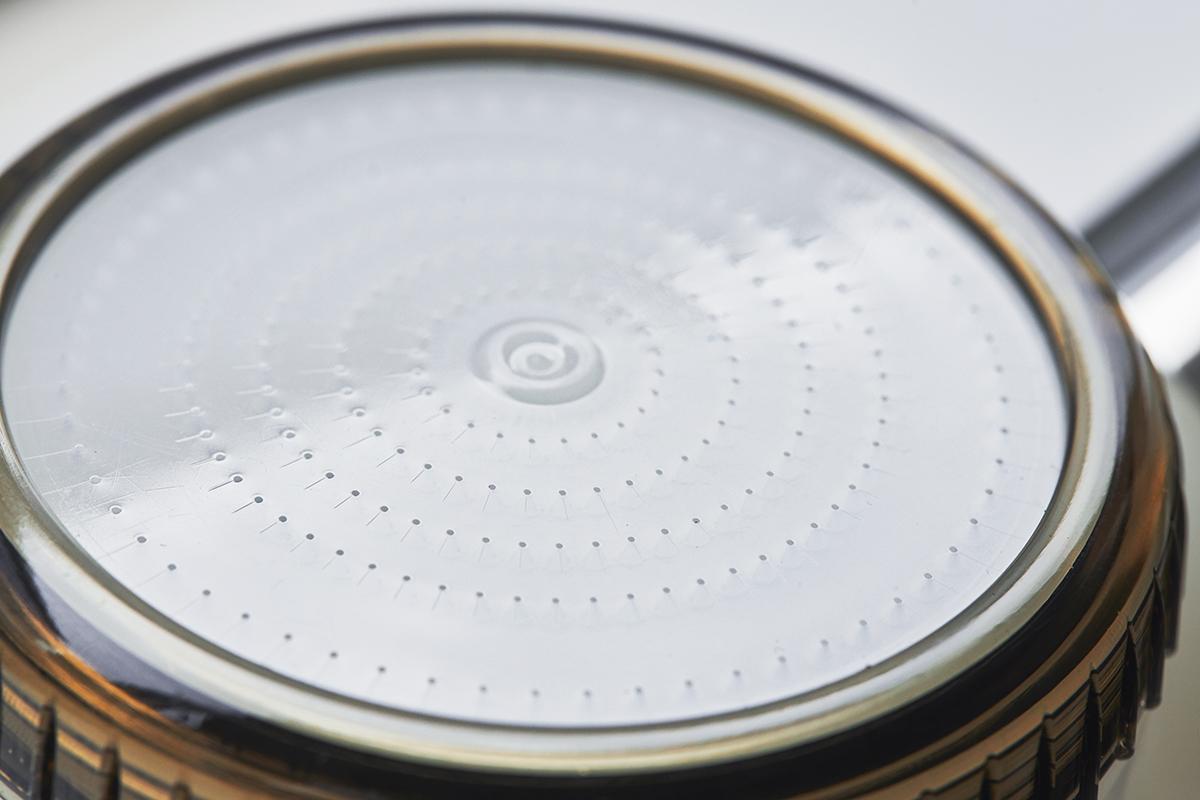 散水盤に施された吐水の穴は、たくさんの水を集められるよう内部を漏斗(ろうと)のような形状に加工。毛穴の汚れ・皮脂をスッキリかき出して、しっとりホカホカ気持ちいい「シャワーヘッド」|エミュール ファインバブルシャワー