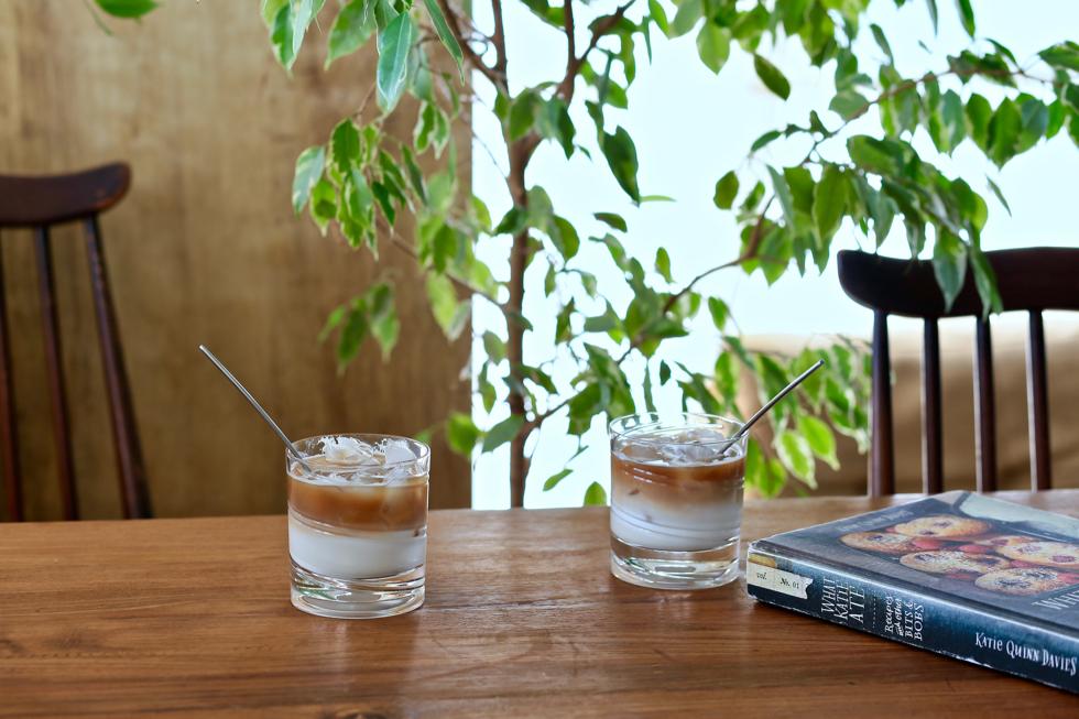 アイスカフェラテ、焼酎、スイーツでも華麗に回るクリスタルグラス
