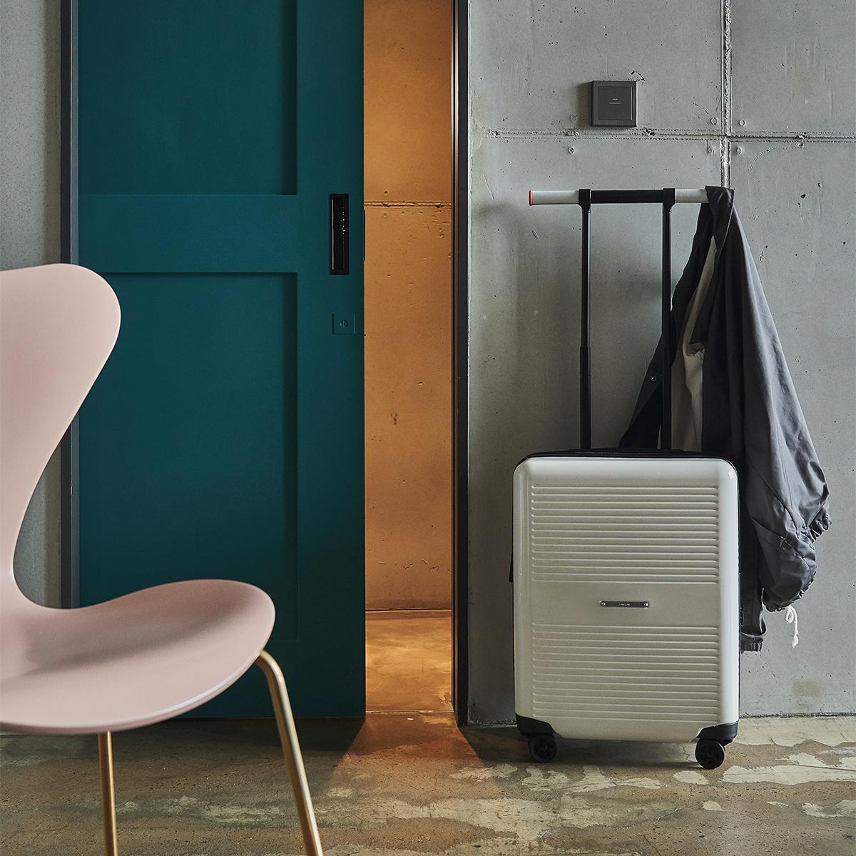 ハンドルが「ハンガーラック」に早変わりする、大小ふたつのサイズを「入れ子収納」できる、機内持ち込み用(37L)&長期旅行用(72L)スーツケースセット| RAWROW | R TRUNK LITE
