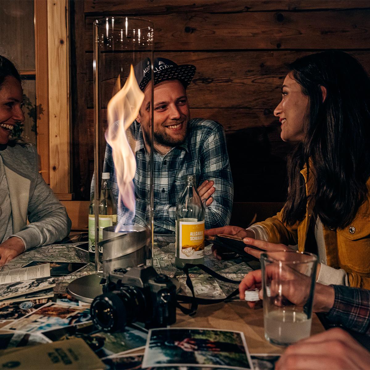 屋外パーティのムードメーカーとして、友人たちと語り合う輪の中央に、グランピングの夜を盛り上げるキャンプファイヤーとして。人が集まる場に、驚きと癒しを与えてくれる廻る炎。「テーブルランタン&ガーデントーチ」|Hofats SPIN(ホーファッツ スピン)
