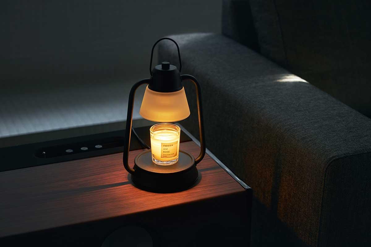 その液面に反射する光や、透けて落とす影も美しい。火を使わずにアロマキャンドルを灯せて、明かりと香りも楽しめる卓上ライト「キャンドルウォーマーランプ」 kameyama candle house