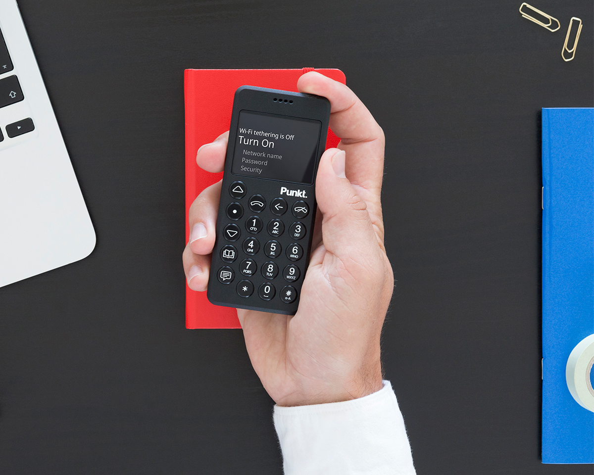 手のひらにすっぽり収まるほど小さく、潔いほどミニマムな設計。「デザリング機能」付きの携帯電話・ミニマムフォン|Punkt.(プンクト)