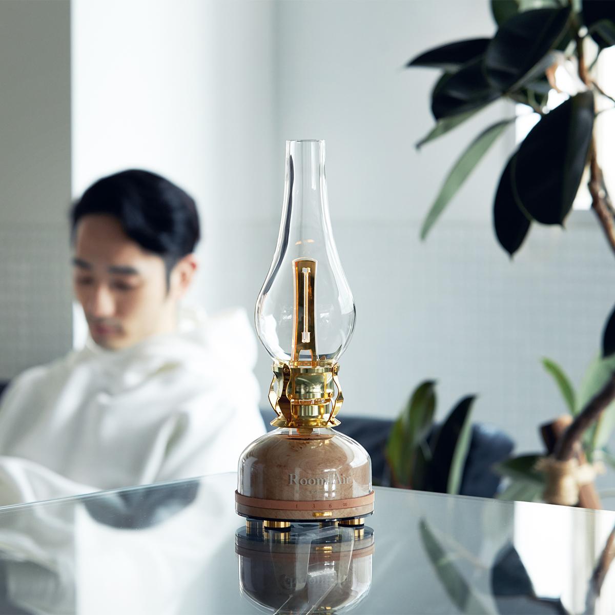 温かみある光、美しい木目の台座、すべてを包み込むつややかなガラスフレーム。日本初、特許のUVランプでウイルス・菌を不活化させる「オゾン発生器・間接照明ランプ」|RoomiAir