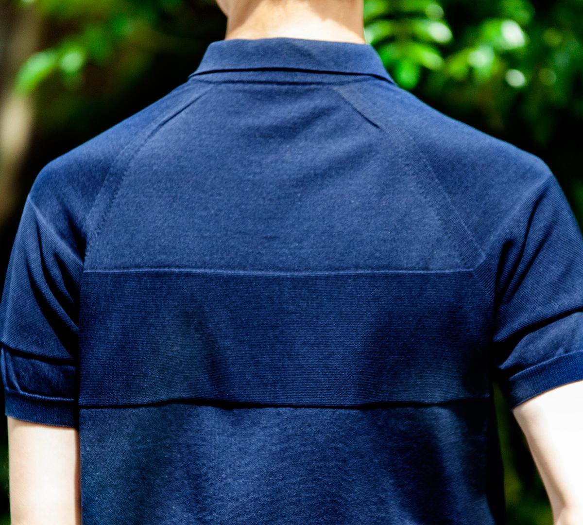 「ホールガーメント編み」で、袖や身頃といったパーツ同士をつなぎ合せる「継ぎ目」が一切ないので、素肌に着ても、肩や脇に、継ぎ目が当るようなゴロつきを感じない「ニットポロシャツ」|伊予和紙ポロシャツ