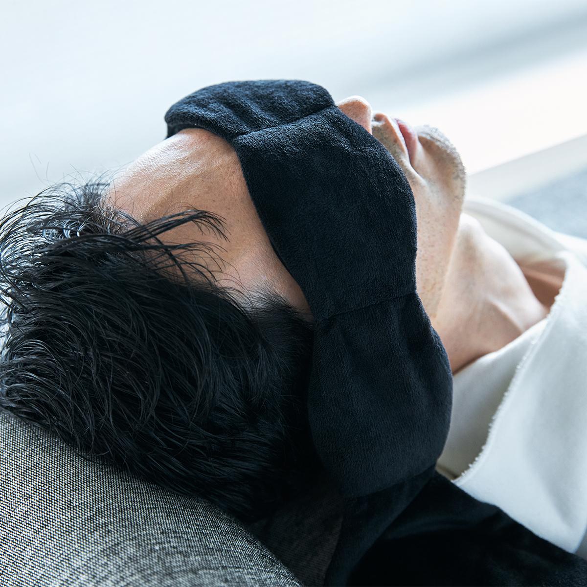横向き寝でも寝返りしてもズレにくく、静かに顔の凹凸にフィットします。目の上に乗せるだけ、穏やかな重みで夢の世界へ。寝返りを打ってもズレにくい「スリープマスク」|nodpod(ノッドポッド)