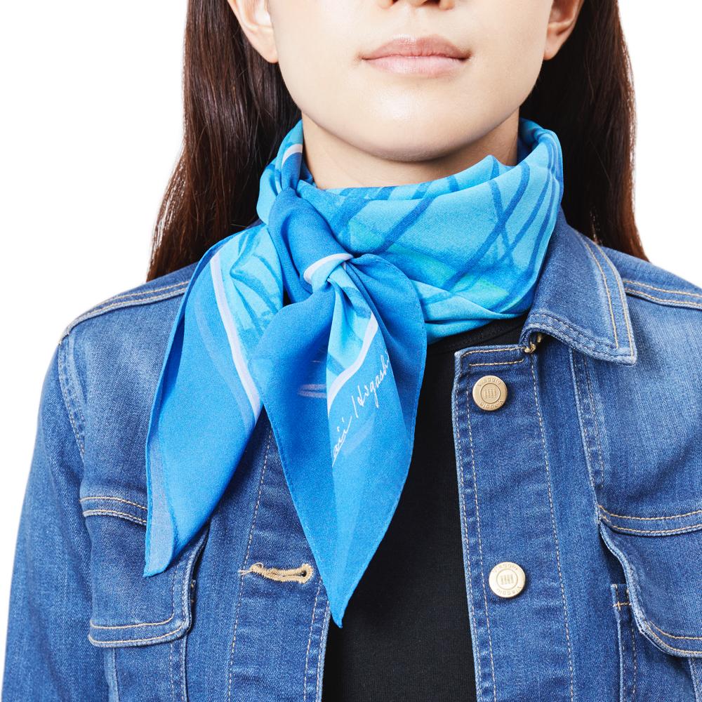 普段の洋服に馴染む、さりげないボリュームとデザインのシルクスカーフ
