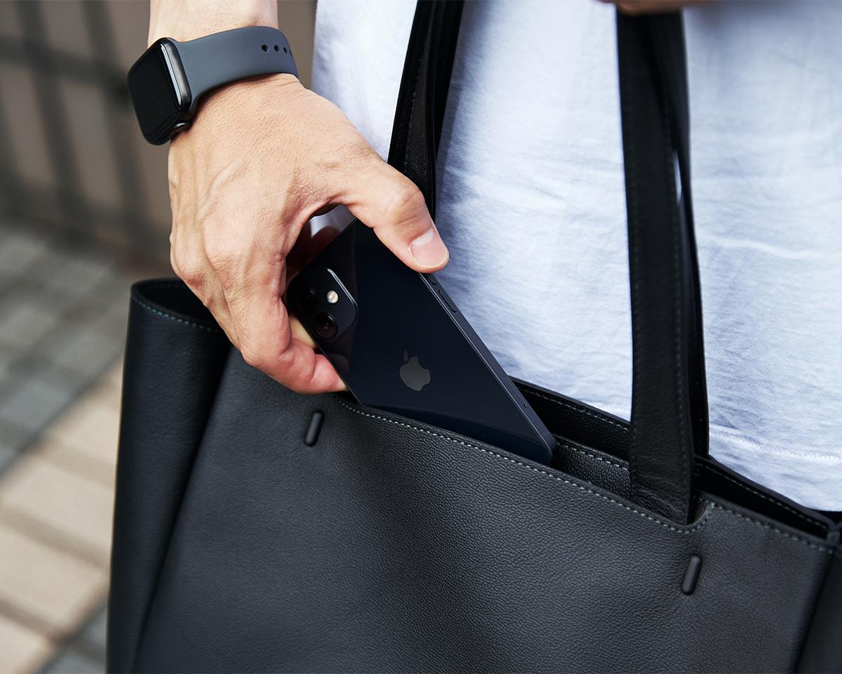 13インチ程度のPCが入るサイズ。男性でもコートの上からでも肩掛けできるよう長さが計算されている縦長フォルムのトートバッグ|防水レザーバッグの新世代は、軽くてジェンダーレス。高機能な『FARO』の最新型防水レザーバッグ