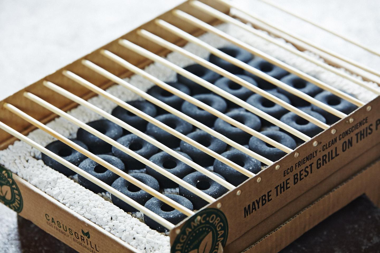 竹製の炭と焼き網をセットにした、1回使いきりの本格バーベキューコンロ|ベランダや卓上で焼ける、全て天然素材でできたコンパクトなインスタントグリル。CASUS社のCraft Grill(クラフトグリル)
