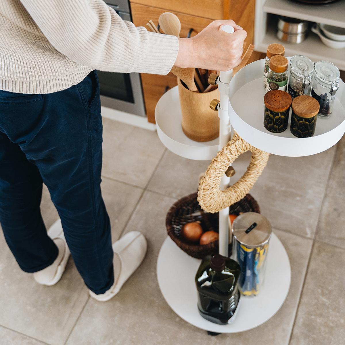 よく使う調味料やカトラリーを載せて、キッチンワゴンとして。キッチンとダイニングの行き来がスムーズです。キャスター台つきポール「Move Rod(ムーブロッド)」|DRAW A LINE(ドローアライン)