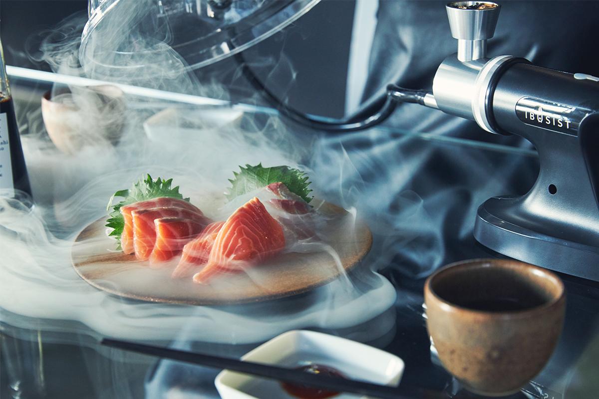 刺身・たたき・カルパッチョなど、燻製は魚料理との相性もバツグン。どんな食材にも燻製との相性を見つけ出せる楽しさ。誰でも手軽にできて、感動的に変化する「燻製器」IBSIST(イブシスト)