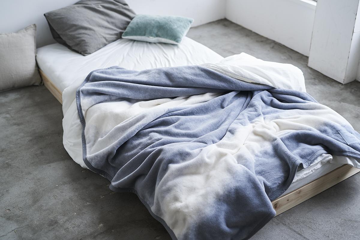 毛布1枚でインテリアが決まる。寝室の空間をセンスよくお洒落でスタイリッシュにしてくれる。肌触りと寝心地の良さで夏も冬も気持ちいい!ニューマイヤー織の綿毛布|FLOOD OF LIGHT(フルード オブ ライト、光の洪水)|LOOM&SPOOL