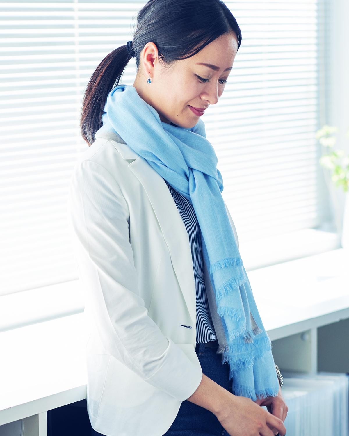 急に冷え込む季節の変わり目や、クーラーで冷えたオフィスや電車で、ホッとするような、自然の暖かさ。大人のパステルカラーと光沢感で顔色明るく。肌触りも、うっとりするほど柔らかい上質な薄手の大判ストール|ADOS(エイドス)NAGI