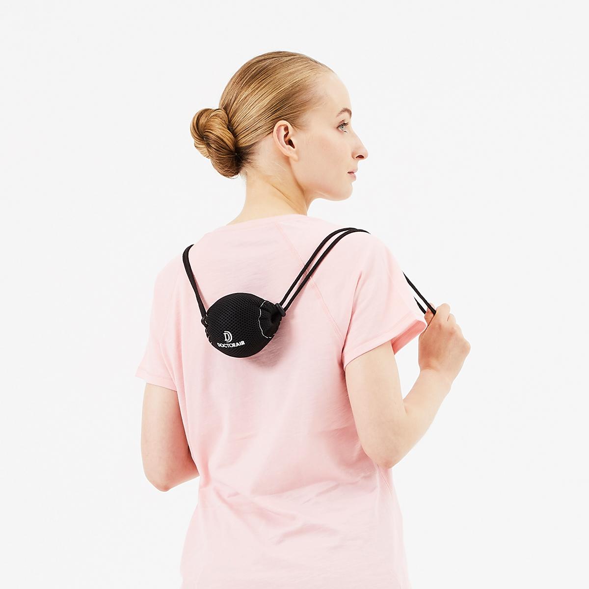 持ち手つきカバーのおかげで背中のどこでもラクに当てられるストレッチボール Dr.Air 3Dコンディショニングボール