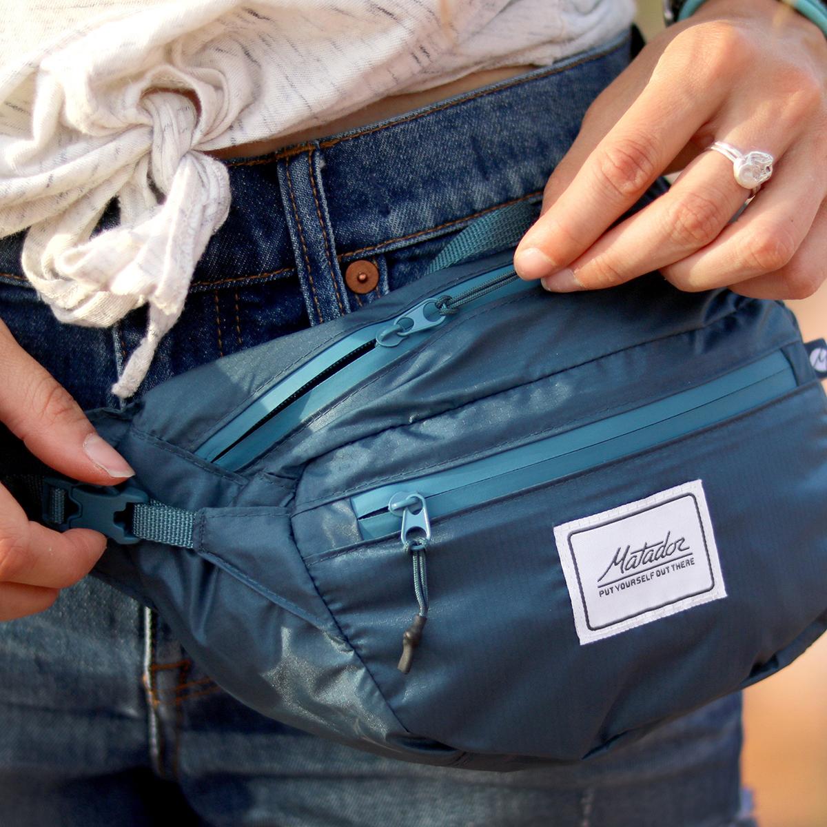 旅先や日常生活でアクティブに動き回れる!手のひらサイズにたためる防水仕様のウエストバッグ/ヒップバッグ| Matador