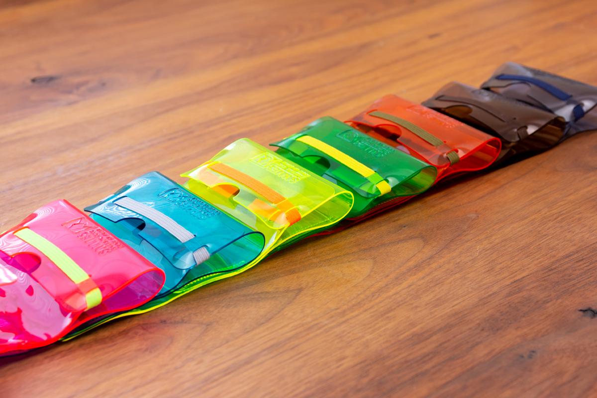 配色を掛け合わせたゴムベルトが「遊びウォレット」の隠し味のひとつ。ジム・旅行・アウトドアへにぴったりの「ミニ財布」|SALLIES