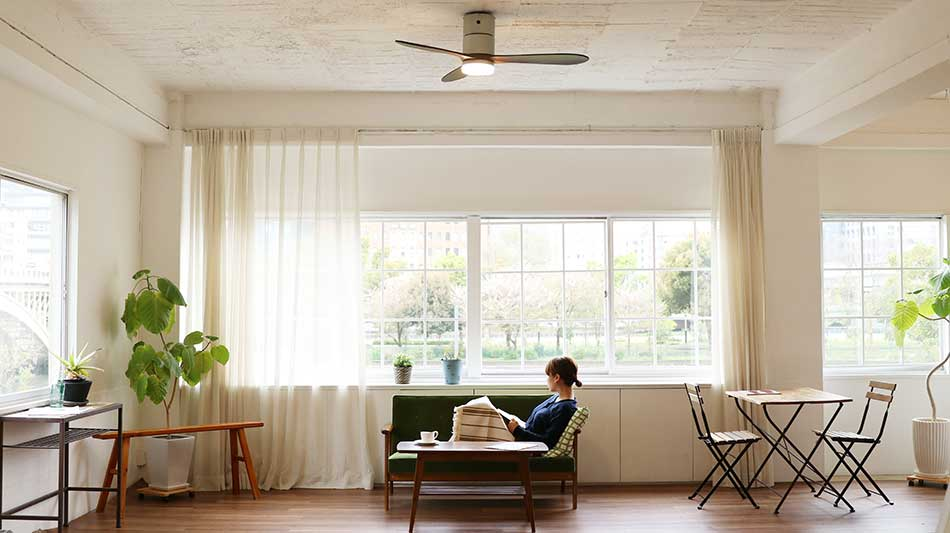 ハワイのヴィラを思わせる風と光。室温ムラを解消して、風通しがいい家をつくるシーリングファン