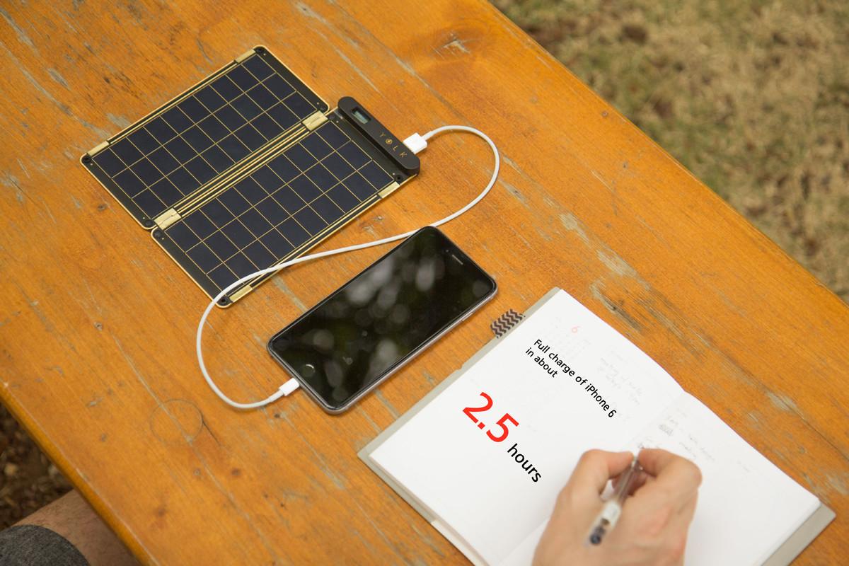 晴れた日なら、2.5時間でiPhoneをフル充電できるソーラー充電器