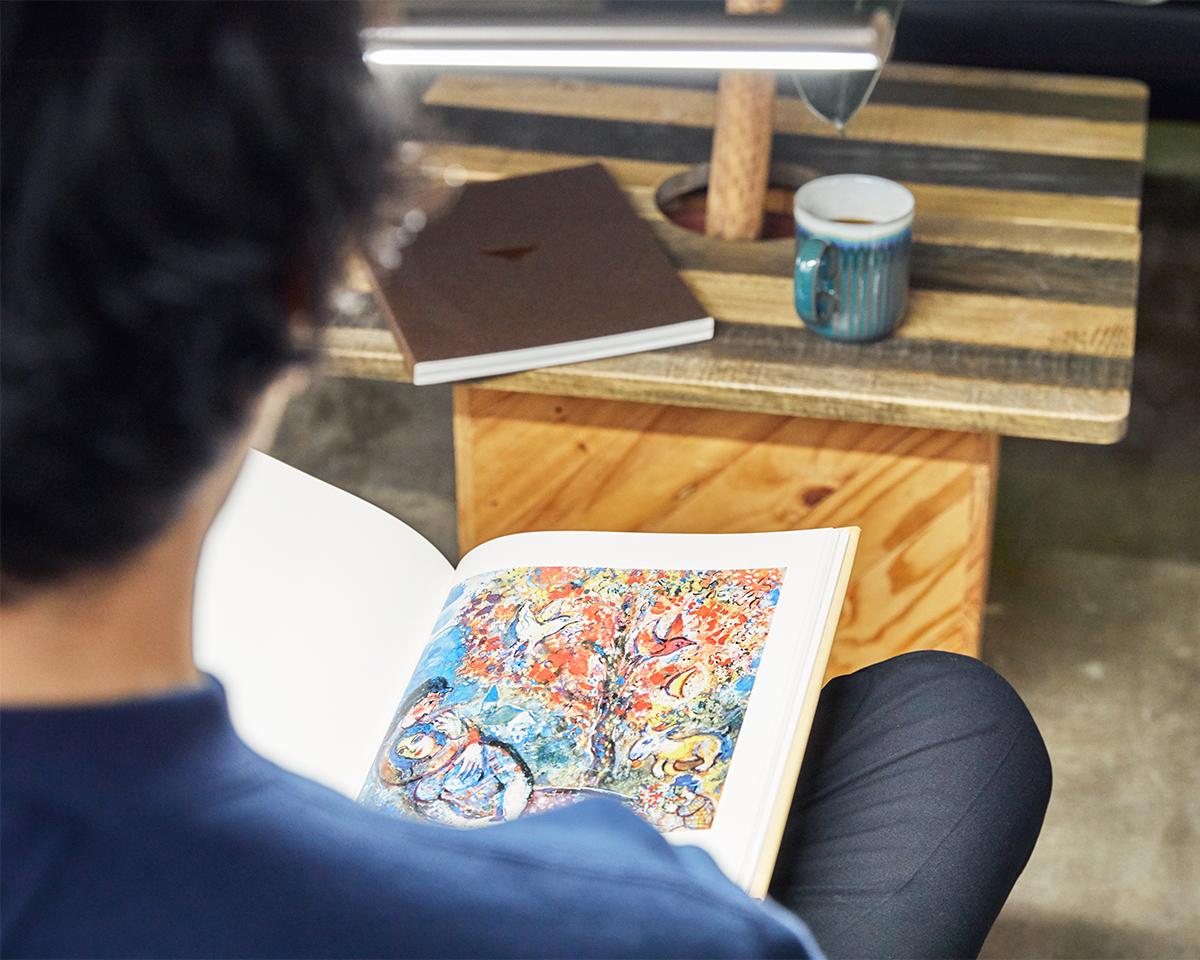 絶妙な位置からダイレクトに手元を照らせるから、文字がぐっと読みやすくなり、色もくっきりキレイに。いつも以上に本の世界へどっぷりと浸れるフロアライト|Daylight - Slimline3