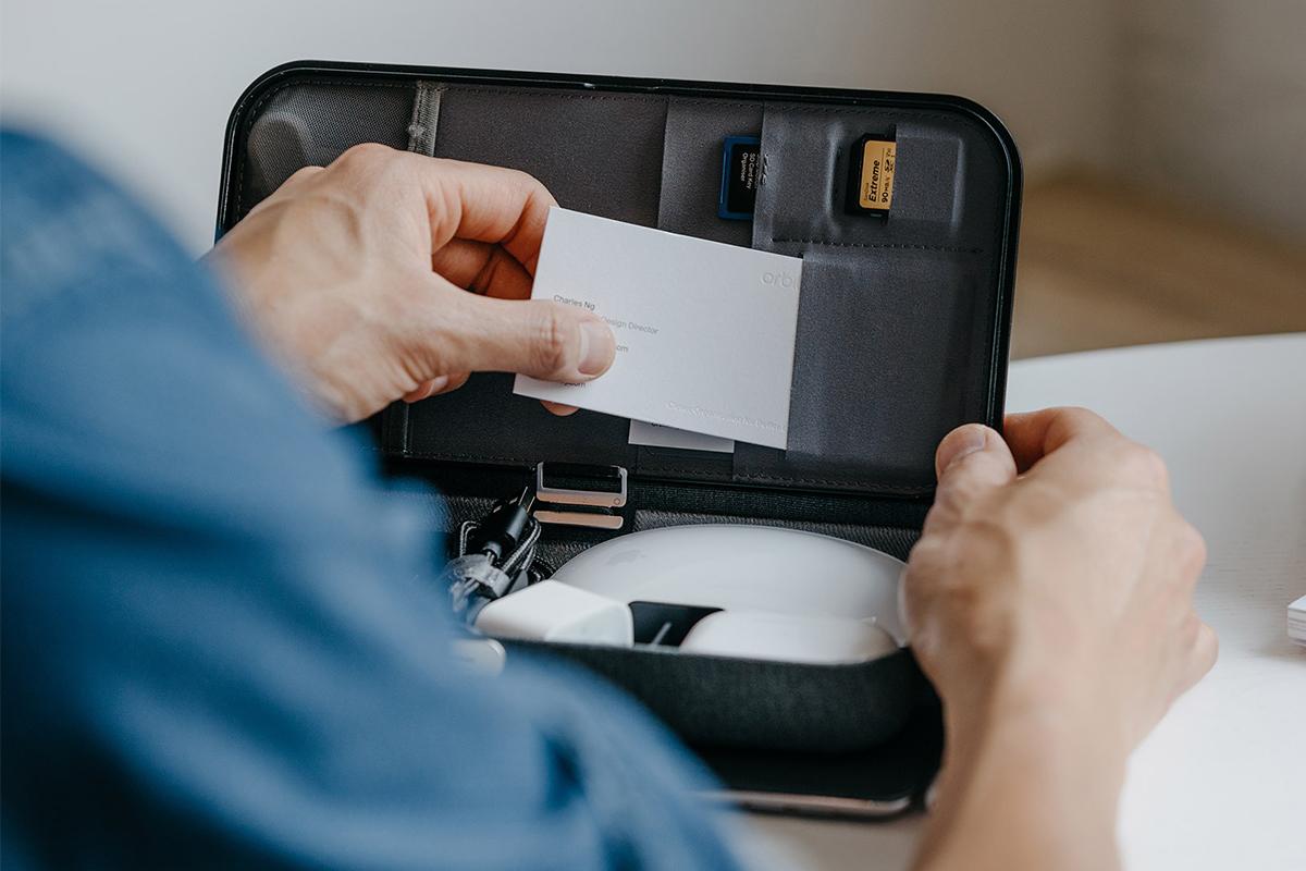 大容量で整理しやすい仕切りやポケット付き。フタの裏面には、6個のポケットつき(サイズ別の差し込み式カードポケット5個・メッシュポケット1個)。仕事道具を好みの配置で収納、ワイヤレス充電台つきの「ガジェットケース」|Orbitkey Nest(オービットキー ネスト)