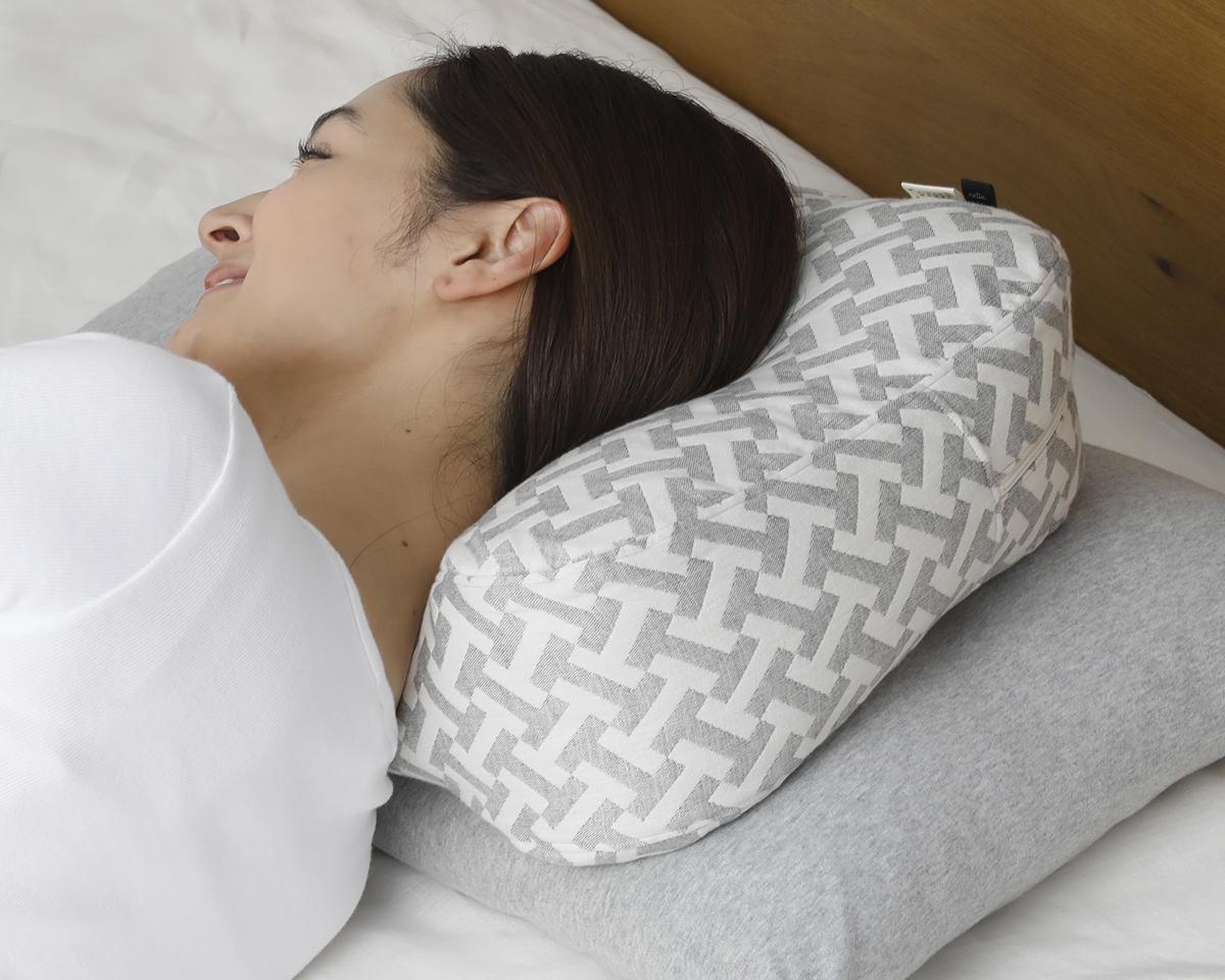 後頭部から顔に向かって「傾き」をつけることで、スマホや本が見やすい|横向き寝の姿勢をサポート、スマホや本がラクに読めるまくら・ピロー|HONTO
