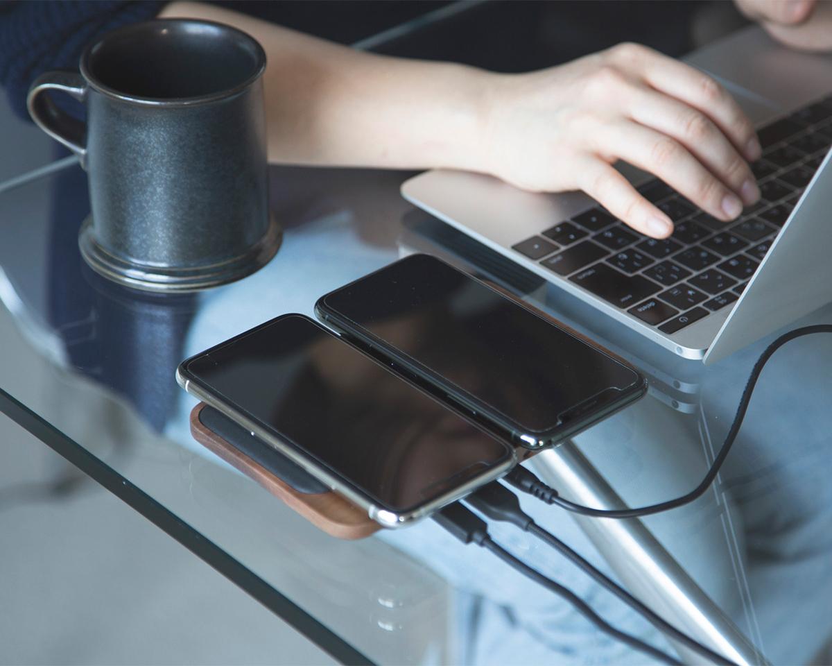 ワイヤレス充電2台同時にでき、最大4台同時充電できる。iPhone、AirPodsを飾るようにまとめてチャージ、2つのUSBポートを備えたおしゃれな「ワイヤレス充電ベース」| NOMAD | Base Station