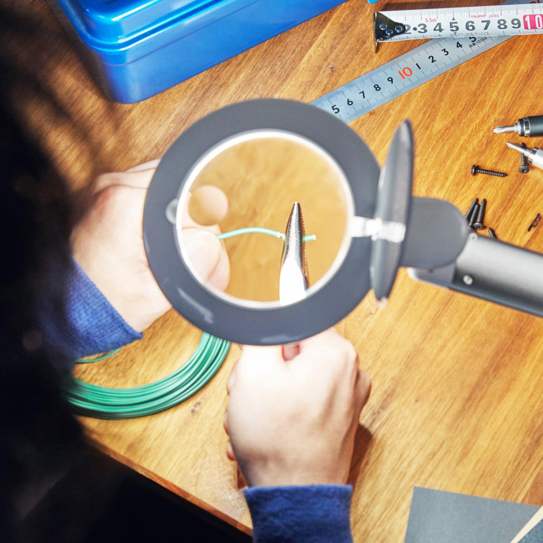 DIY・プラモデル・電子部品の組み立てに|コードレスで使えて、隙間に収納できる!手元を大きく・明るく照らすルーペ付き太陽光LEDの「デスクライト」|daylight - Halo Go