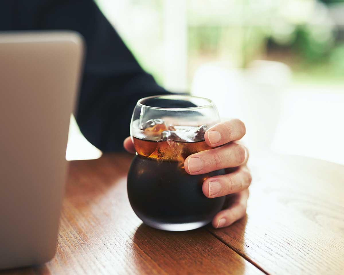 ふくふくとした「まる」を重ねた愛嬌のあるホッとするフォルム。持ちやすさ、使いやすさ抜群。丸みとくびれのあるお洒落なデザイン|双円(そうえん)のグラス