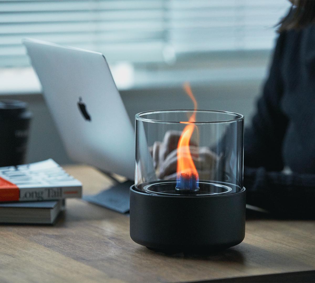 本体器具のステンレススチール芯「スマートウィック」(特許取得)の先端でのみ着火。ニオイや煙が出ず、倒しても安心の特殊燃料で手軽に楽しめる!「卓上ランプ、テーブルライト」|LOVINFLAME(ラヴィンフレーム)