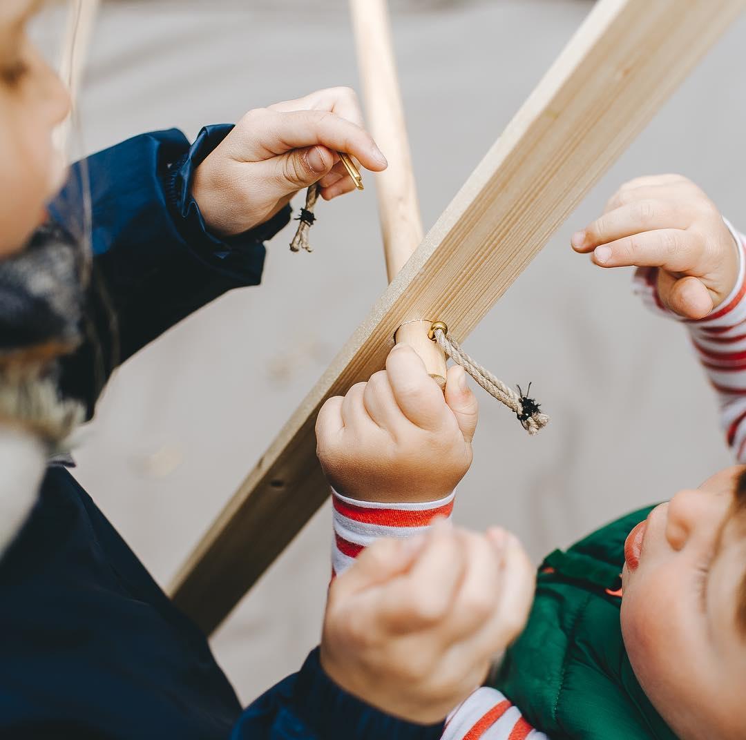 ② 組み立て方は、子どももテントづくりに参加できるくらい簡単。専用道具が要らない、パーツも軽量の「帆布テント」|LA TENTE ISLAISE(ラ・タント・イレーズ)