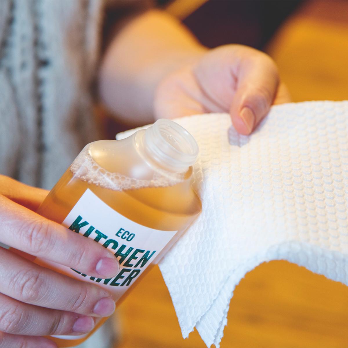 換気扇(レンジフード)やグリル、フライパンなど、こびりついた油汚れに。洗剤なのに、スプレーして拭くだけ!ヒバ精油配合で除菌・消臭もできる「エコキッチンクリーナー」|GREEN MOTION