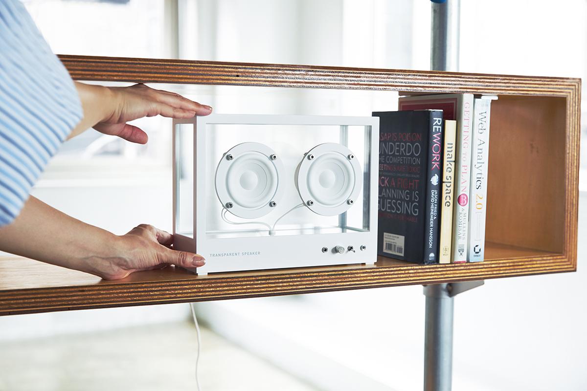 美しさと合理性を備えた、シンプルモダンなデザイン。世界有数のアーティスト達からも支持。ガラスとスピーカーユニット2つだけ、美しい佇まいの「Bluetoothスピーカー」|TRANSPARENT SPEAKER(トランスペアレント スピーカー)