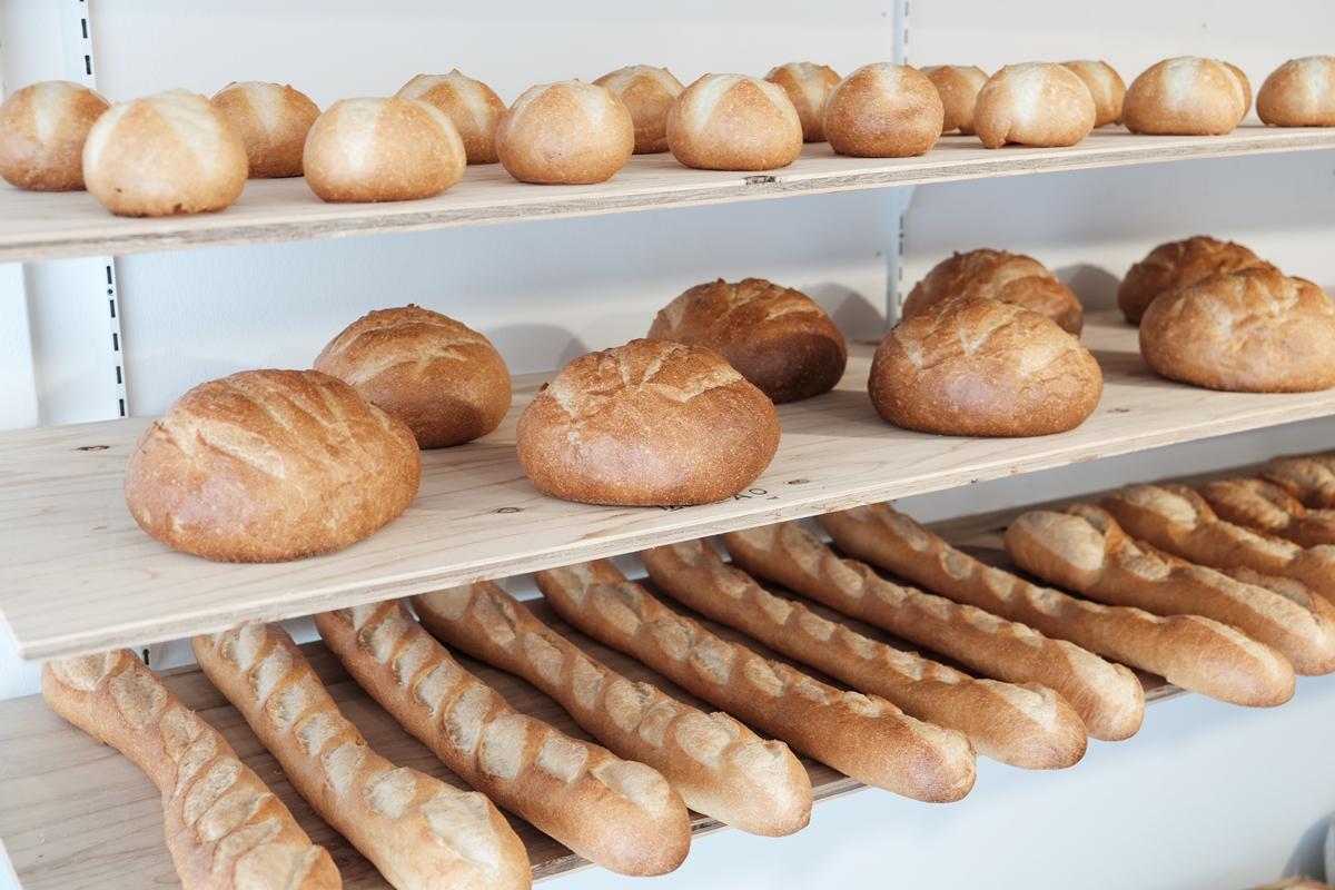 しあわせな香りに包まれるアトリエ。本物のパンがそのままインテリアライトに!置くだけで明かりのオンオフができる「ライト・ランプ・間接照明」|モリタ製パン所「パンプシェード」