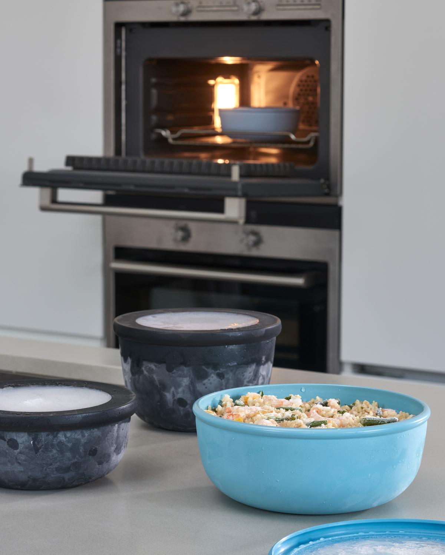 電子レンジで使えるため、野菜や鶏肉を蒸すなど、料理の下ごしらえにも活躍。余りご飯や作り置きをレンジで温めて、そのまま食卓に出せる汁漏れしないマルチボウル・タッパー・保存容器|MEPAL CIRQULA(サーキュラ)
