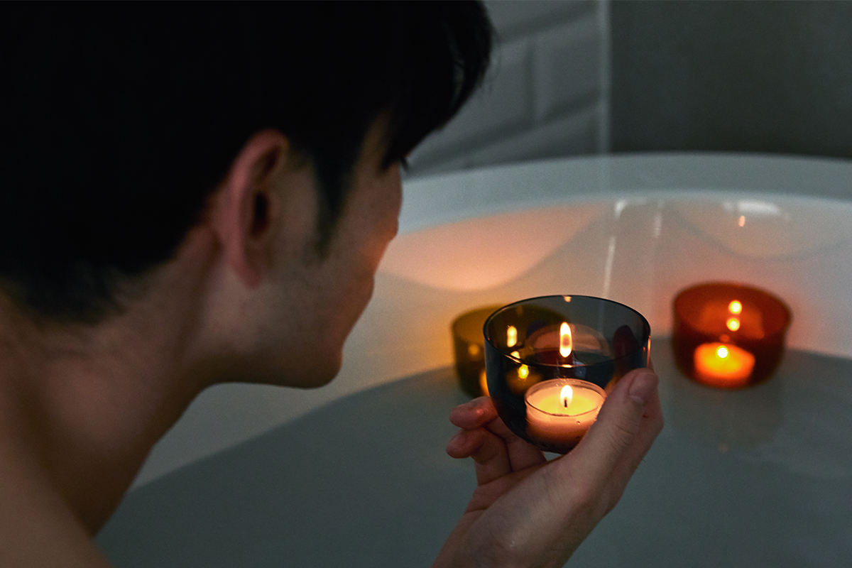 「癒しの香り」がやさしく広がる頭と体のリセット時間に、浮かべて眺める「癒しの香りつきバスキャンドル」|kameyama(カメヤマ)