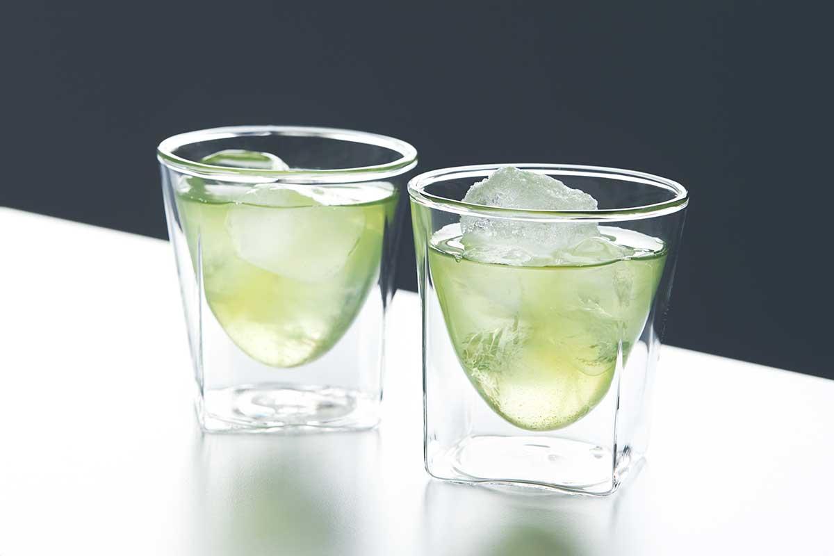 氷が溶けにくく、結露もしにくいため、コースター要らず。結露しにくく、レンジ加熱OK、見る角度で表情を変える「耐熱ダブルウォールグラス」|RayES(レイエス)