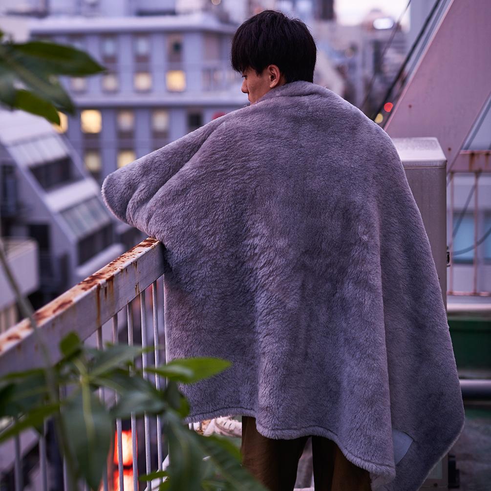 上質な素材で空間に高級感をもたらす。癒しグレーが叶える、あったか快眠空間。ふんわり毛足2cmのメリノウールが気持ちいい!軽い掛け心地の「毛布」|SERENE