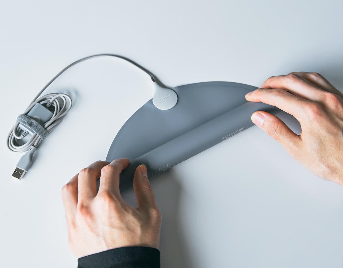 シートに印刷された「銀ナノインク」でじんわりと発熱してポカポカに。紙のような薄さ&軽さだから、くるくると丸めてどこへでも気軽に持ち運べるシート型ヒーター「USB式温熱マット」|INKO(インコ)