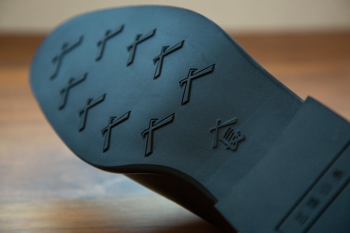 軽やかな微発泡ラバーソール。紳士靴としてのフィット感、軽やかな履き心地を目指したディテールのスタイリッシュな「レインシューズ」|三陽山長