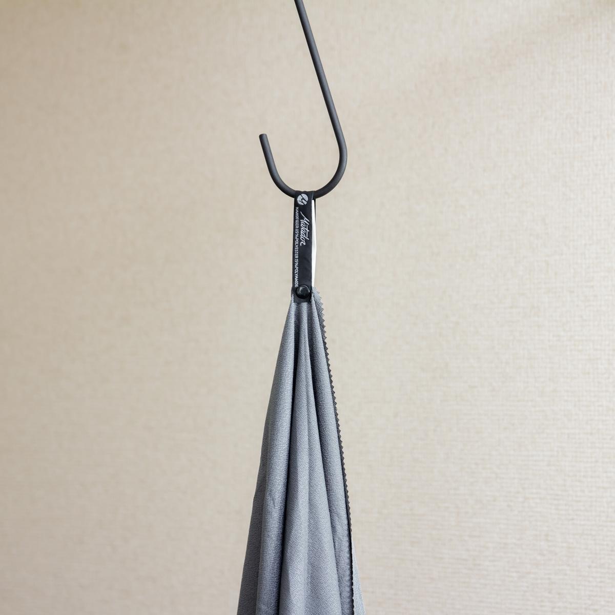 リング状フックにも簡単に吊るすことができる。極薄&超軽量なのに驚きの吸水速乾性。小さくたためて、ビーチやジムでもっと身軽になれる「ナノドライタオル」 | Matador NanoDry Shower Towel