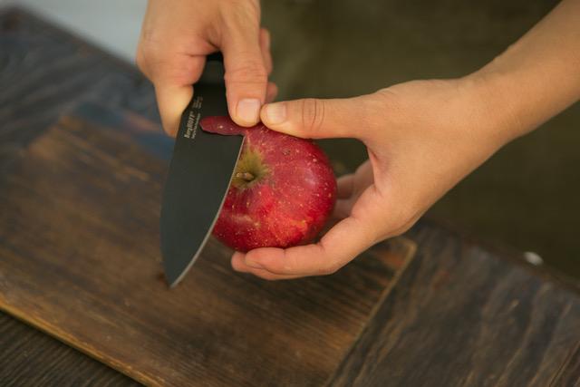 「包丁の基本の握り型」が自然とできるから、効率よく力を伝えられ、疲れにくいデザインの黒い包丁(ペティナイフ)|BergHOFF(バーグホフ)