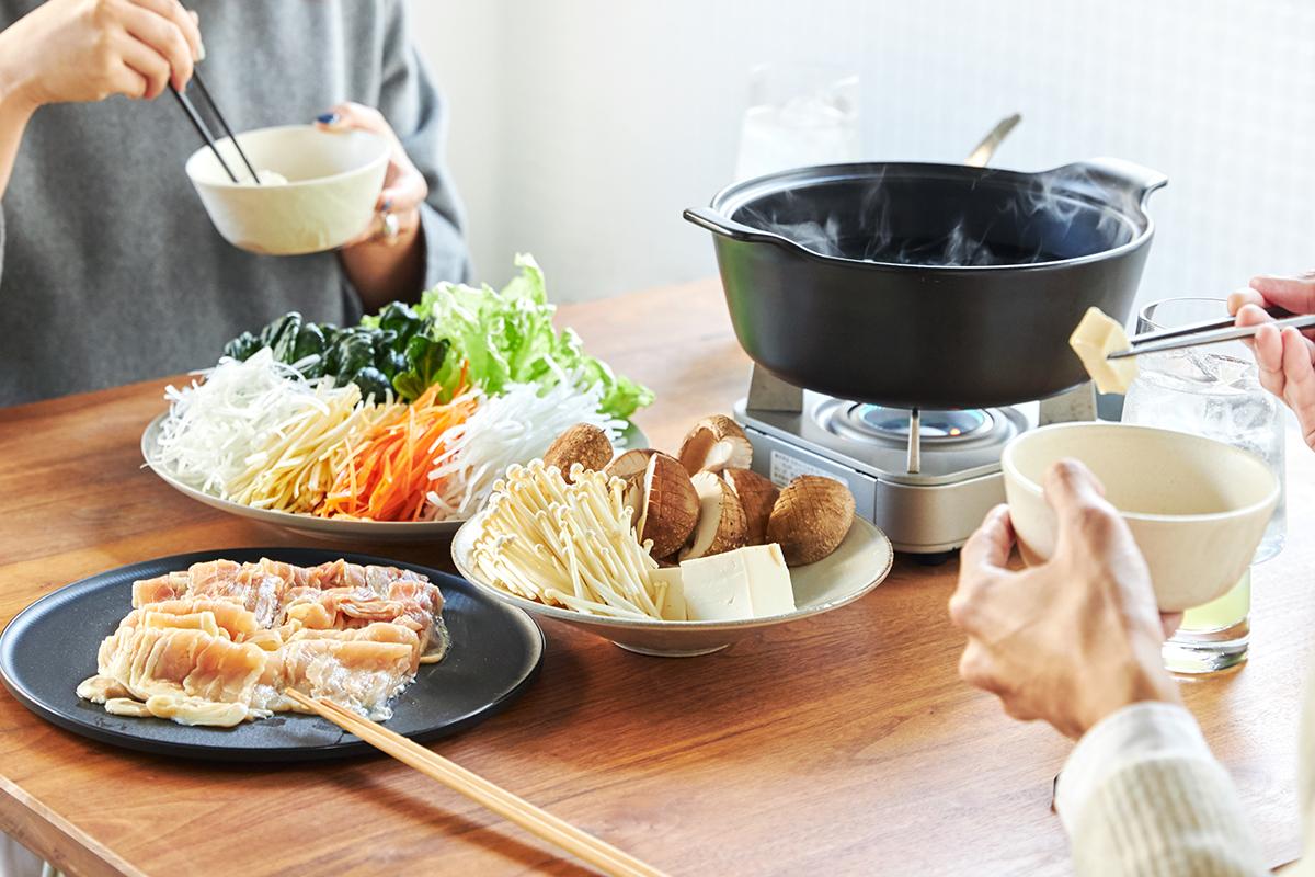 低カロリー、低脂質、高タンパクな肉質の「名古屋コーチン」。野菜もいっぱい食べられるヘルシーなごちそう。飲めるポン酢&特製だし付き「名古屋コーチンしゃぶしゃぶセット(もも肉・むね肉)」|錦爽(きんそう)|丸トポートリー食品