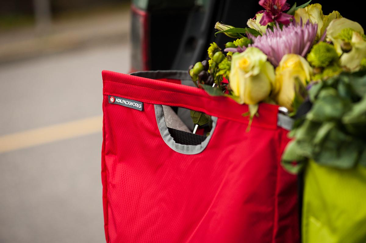 今までのエコバッグの不満をすべて解決して、買い物をもっとラクにしてくれる。たためる金属フレーム入り!自立するから、柔らかいパンや葉物野菜、花を潰さない「箱型エコバッグ」|ADK Packworks