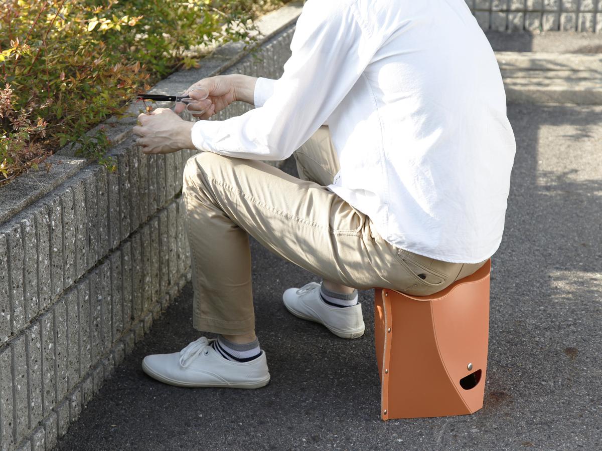 屋内外でガシガシ使える耐久性のある素材を使った、使う場所を選ばない、どこにでも持ち歩けるイス|PATATTO
