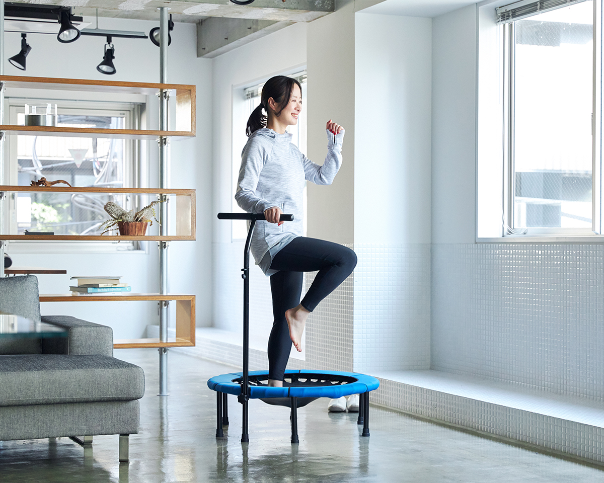 流行の「トランポリンエクササイズ」がおうちで。ハンドルつきで安心、家で楽しくダンス感覚のトレーニングができる「トランポリン」|ハンドルつきホームジャンピング