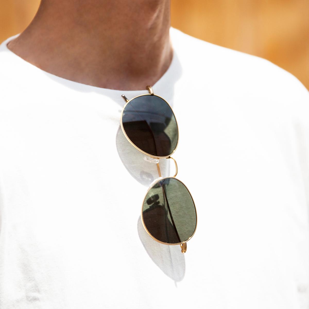 Tシャツの襟元に掛けても、超軽量だから襟がダランとならず快適。風船で浮くほど軽い、フィット感抜群、踏んでも元に戻るβチタンフレームのサングラス|RAWROW R SUN