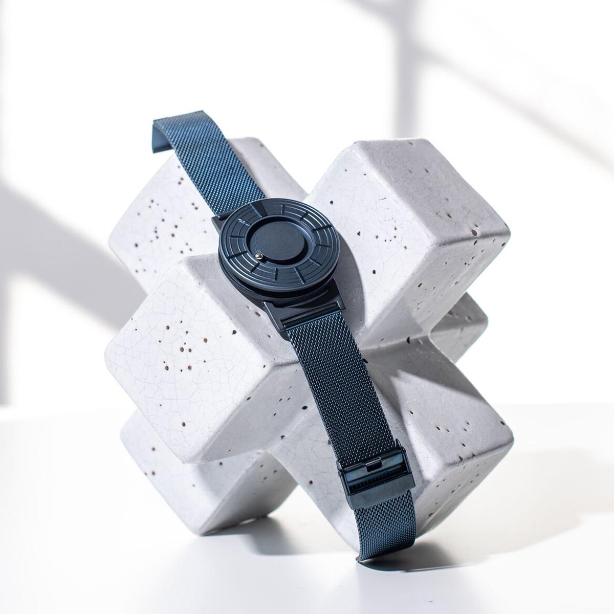 日常のあたり前を見つめ直し、固定観念を捨てて問題解決に取り組み、行き着いたデザイン。「針」がない「触る時計」| EONE(COSMOS)
