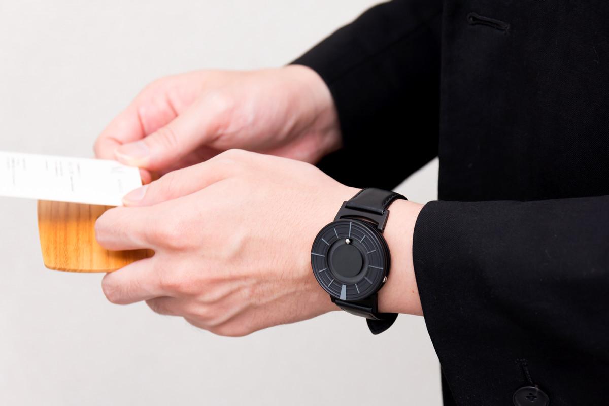 腕時計の概念を破る、誰かに語りたくなる魅力の二つのボールで時を刻む「腕時計」 | EONE《EDGE》