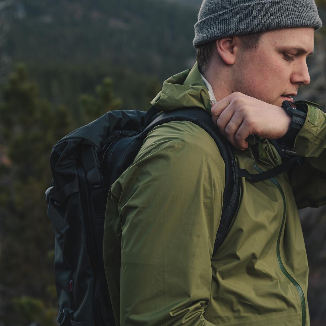 動きに合わせてバッグが遊ばず、小走りしてもズレ落ちにくく快適。大自然への冒険で磨かれた衝撃吸収構造、アウトドアレジャーでも活躍する防水バックパック|LANDER